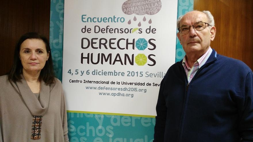 La directora de la Oficina de Cooperación al Desarrollo de la Universidad de Sevilla, Rafaela Caballero, y el portavoz de la Asociación Pro Derechos Humanos de Andalucía, Jesús Roiz.