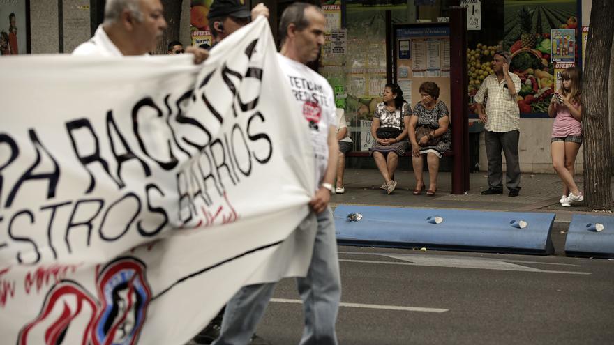"""Los vecinos de Tetuán se concentraron para exigir el desalojo del """"Hogar Social Madrid"""", ocupado recientemente por un grupo ultraderechista."""