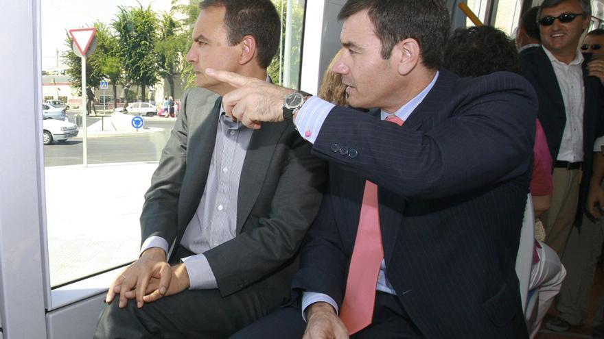 José Luis Rodríguez Zapatero y Tomás Gómez en un viaje en tranvía por la localidad de Parla en agosto de 2007 / EFE