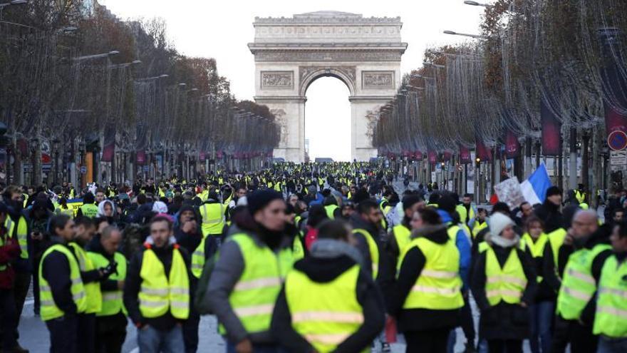 """Cargas y gases lacrimógenos en París contra los """"chalecos amarillos"""""""