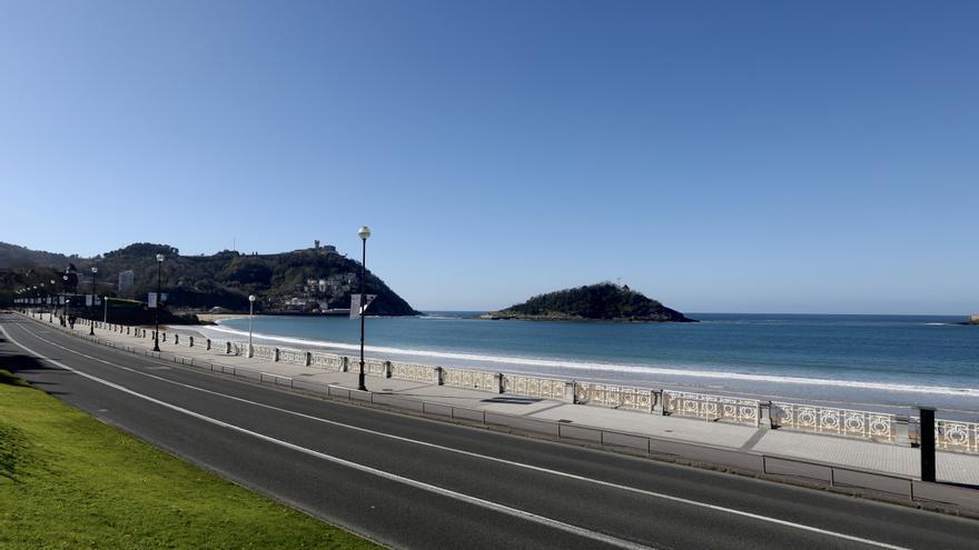 Archivo - Paseo  junto a la Playa de la Concha en San Sebastián
