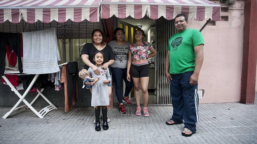 La familia de Wilson Rivera, frente a su casa en Cornellà (Barcelona)