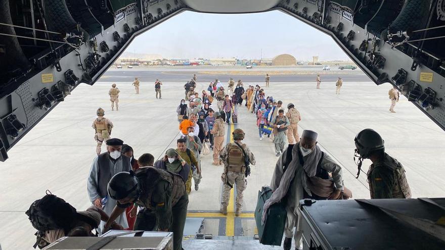 Un grupo de repatriados españoles sube al avión A400M enviado por el Gobierno de España para evacuarlos de Kabul