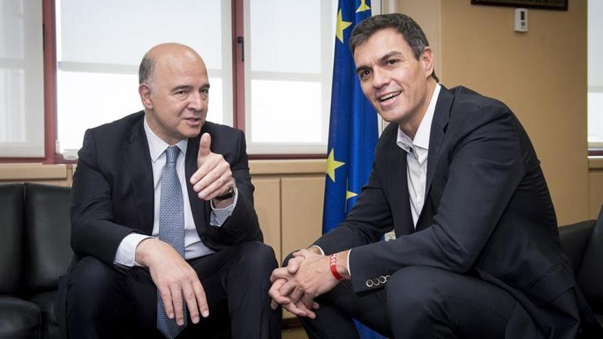 Pedro Sánchez junto al comisario europeo de Asuntos Económicos y Financieros, Pierre Moscovici, tras anunciarle que el PSOE se abstendrá en la votación del CETA