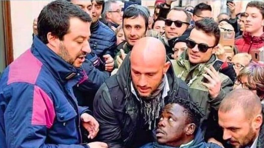 Escoltas de Salvini inmovilizan ante él a un inmigrante que quería hablarle este enero.