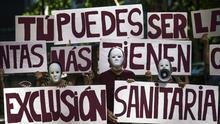 Imagen de archivo. Voluntarios de Amnistía Internacional, Médicos del Mundo, Red Acoge, SemFYC, Sespas y Odusalud durante una protesta
