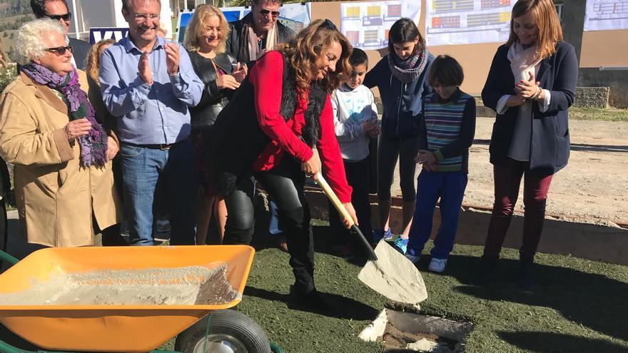 Cristina Valido coloca la primera piedra de las 23 viviendas.