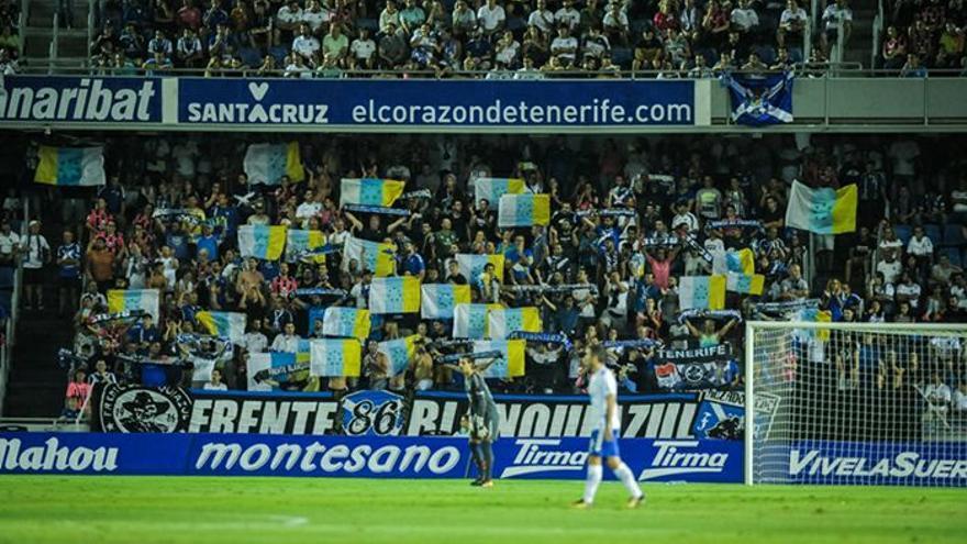 Bandera tricolor durante un encuentro del CD Tenerife en el Heliodoro Rodríguez López.