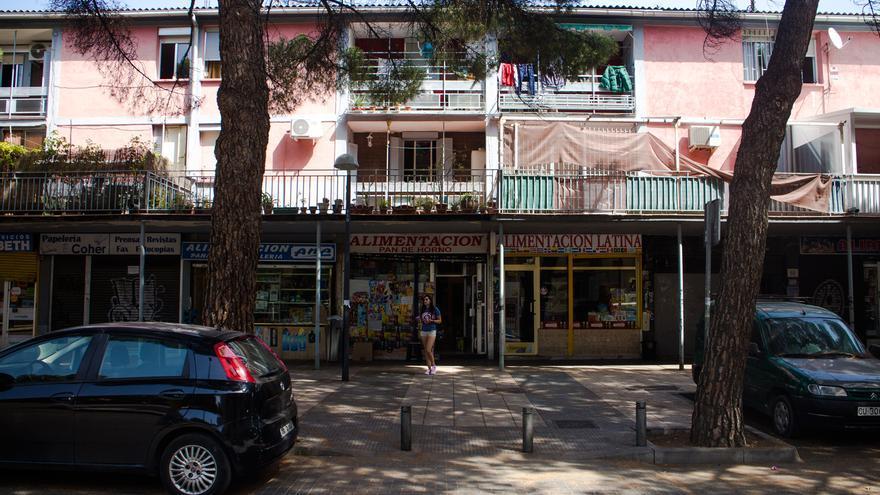 Comercios locales en una calle de barrio de San Cristóbal de Los Ángeles, Madrid. Foto: Raúl Sánchez
