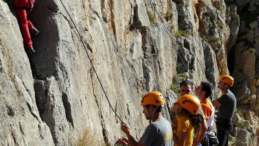 Uno de los cursos de iniciación a la escalada que imparte la empresa.