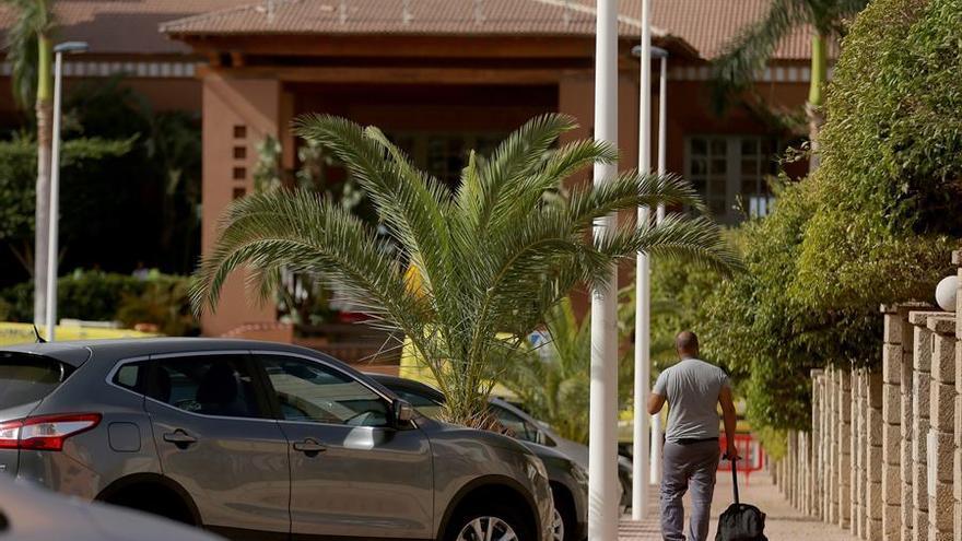 Un turista, en las inmediaciones del hotel aislado por coronavirus en Adeje