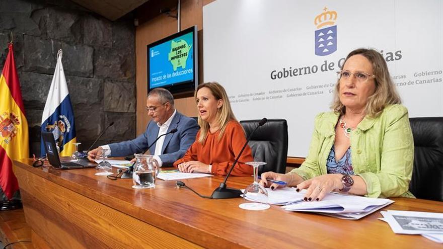 La consejera de Hacienda del Gobierno de Canarias, Rosa Dávila (c), acompañada por la directora de la Agencia Tributaria Canaria, María Jesús Varona (d) y por el viceconsejero de Hacienda del Gobierno de Canarias, Javier Armas (i). EFE/Ramón de la Rocha