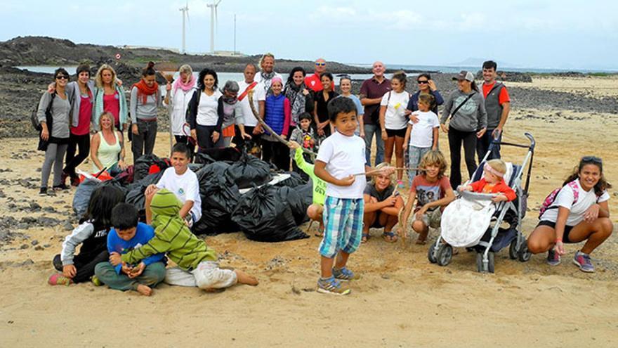 La ONG Limpiaventura creada hace cinco años acomete una labor de concienciación ambiental entre los más jóvenes.