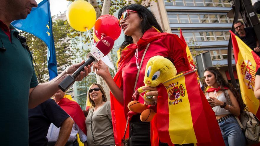 Manifestante con un muñeco de Piolín, símbolo de la presencia policial en Catalunya por el 1-O