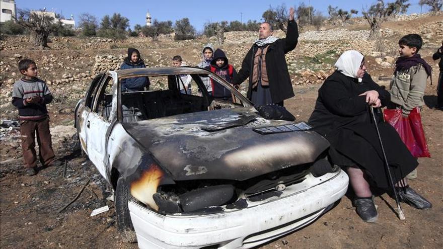 Colonos judíos queman una decena de coches palestinos en venganza por un asesinato