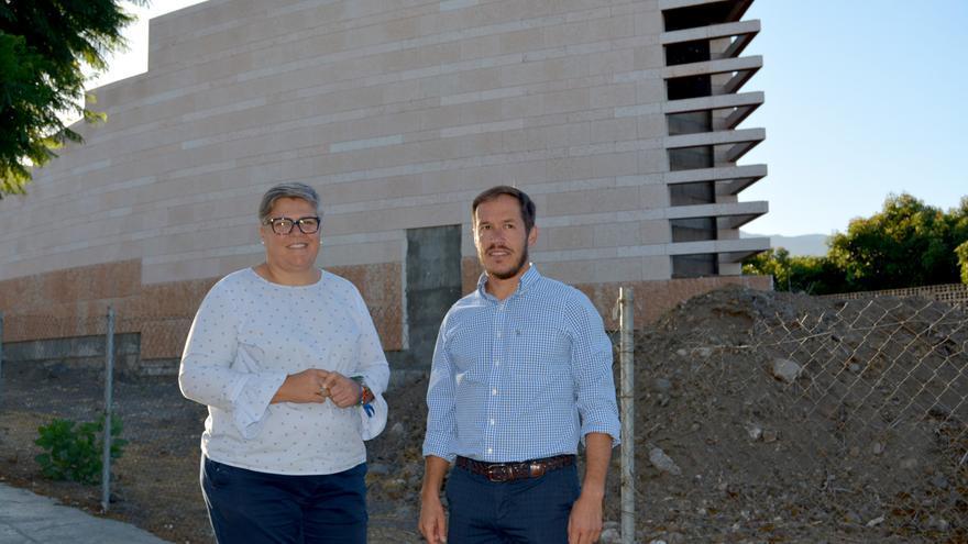 Mariano H. Zapata, presidente del Cabildo, y Noelia García Leal, alcaldesa del Ayuntamiento de Los Llanos de Aridane, en el Parque Cultural Islas Canarias.