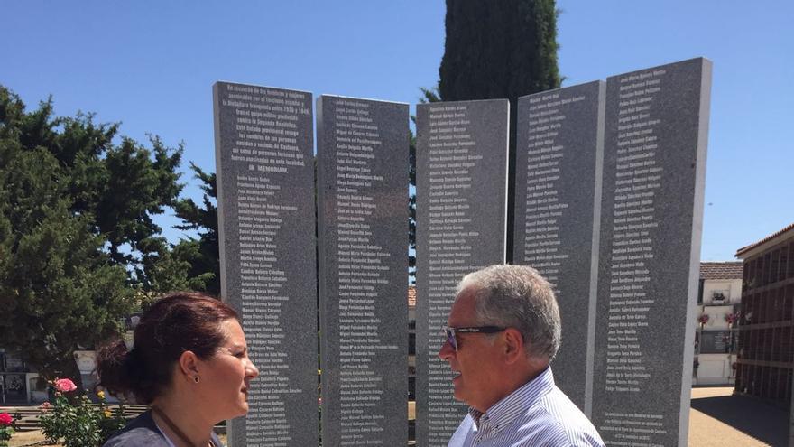 Eva Pérez visita el Monumento-Memorial a las Víctimas del Franquismo de Castuera acompañada del alcalde de la localidad Francisco Martos