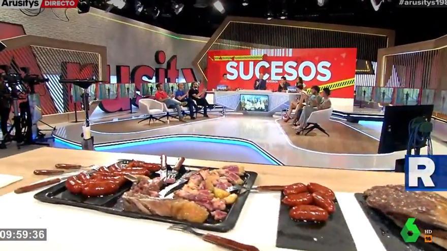 Alfonso Arús caza a los colaboradores de 'Arusitys' comiendo chuletón en publicidad