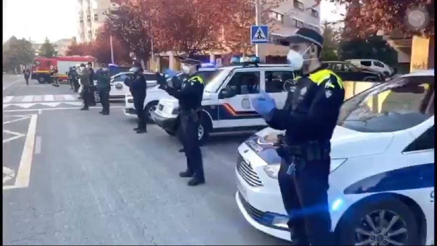 Aplauso de todos los cuerpos policiales a los sanitarios de Txagorritxu