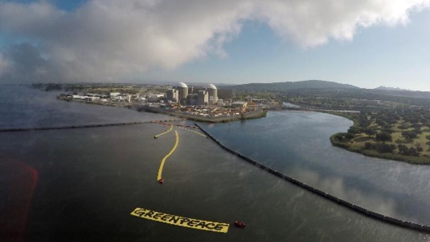 Una flecha gigante de 500m2 señala a la central nuclear de Almaraz /  @greenpeace_esp