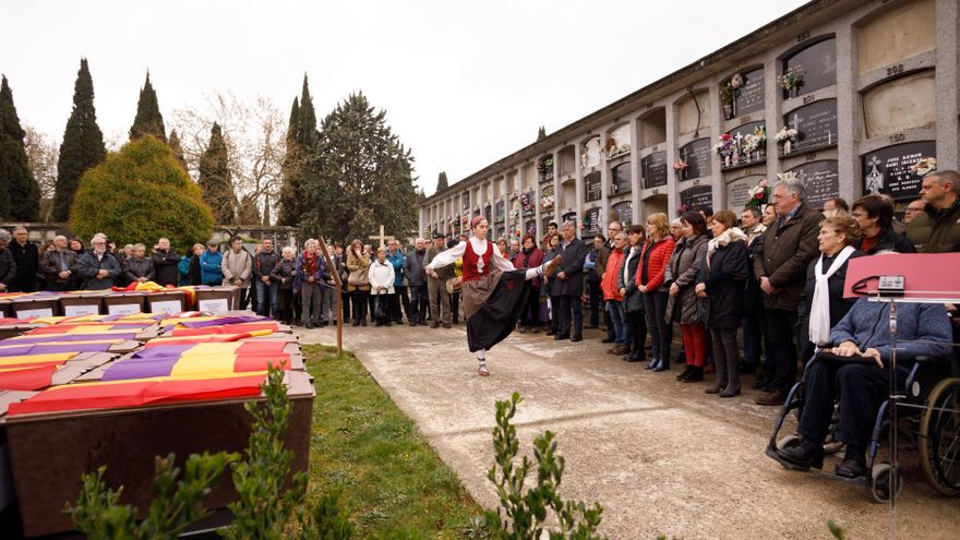 Inhumación de 46 víctimas no identificadas de la Guerra Civil y la represión franquista en Navarra.