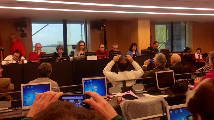 Acto en el Congreso de apoyo a la querella argentina contra los crímenes del franquismo. En la mesa, representantes de asociaciones de víctimas / Olga Rodríguez