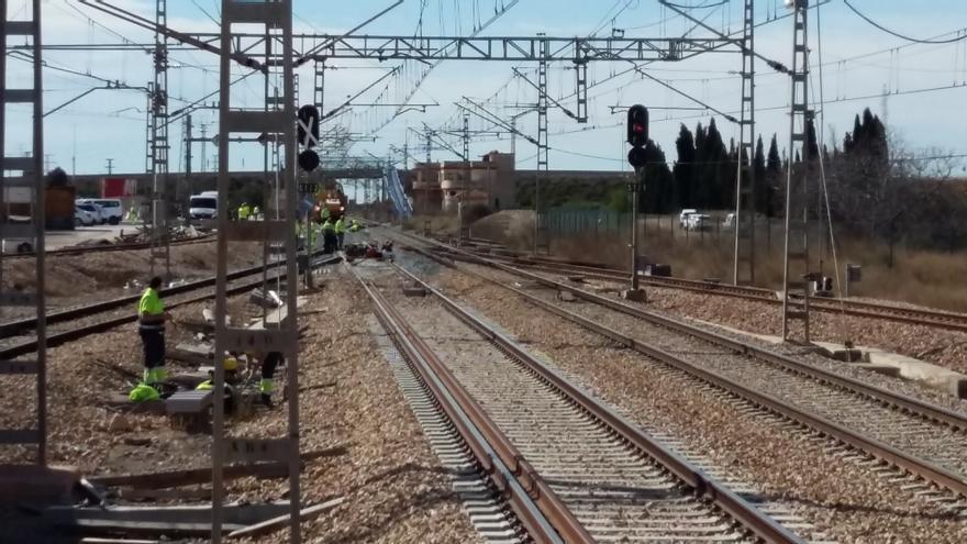 Los técnicos trabajan en la instalación del tercer carril en un cruce de vías