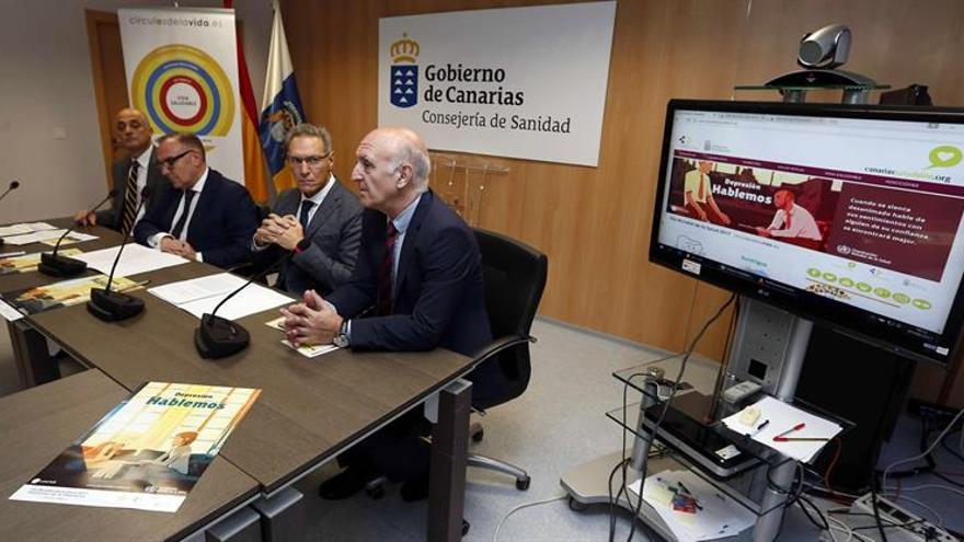El consejero de Sanidad del Gobierno de Canarias, José Manuel Baltar (2i), el catedrático de Psicología de la Universidad Complutense de Madrid Antonio Cano (d), y los directores de Salud Pública (2d), Juan José Alemán, y de Programas Asistenciales, Luis Macía (i)