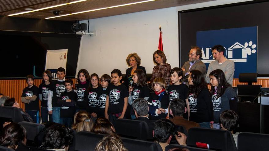 La abogada Magda Oranich, los niños y niñas de El Cuarto Hocico, y su maestro, César Bona, reciben los Premios APDDA 2012.