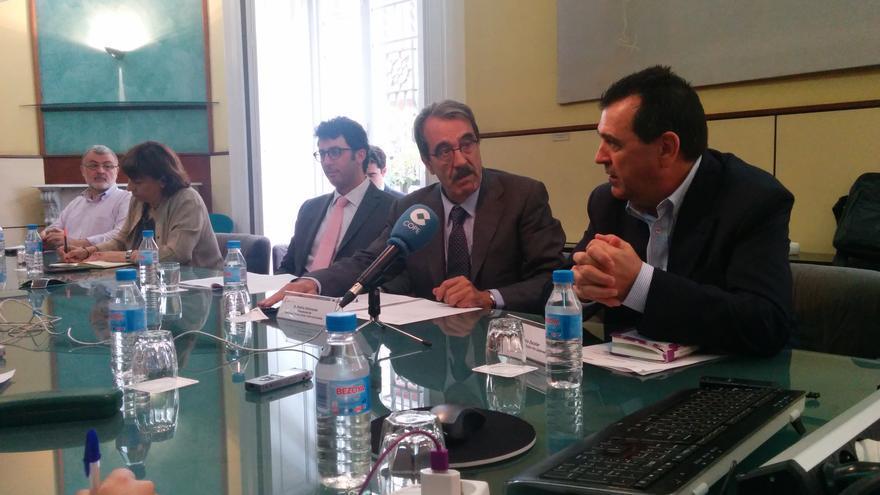Emilio Ontiveros, presidente de Afi, y Arsenio Escolar, presidente de la AEEPP, en la rueda de prensa donde se presentó el informe de Afi