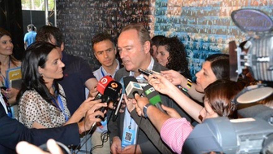 Alberto Fabra Con Periodistas En El XIII Congreso Del PPCV