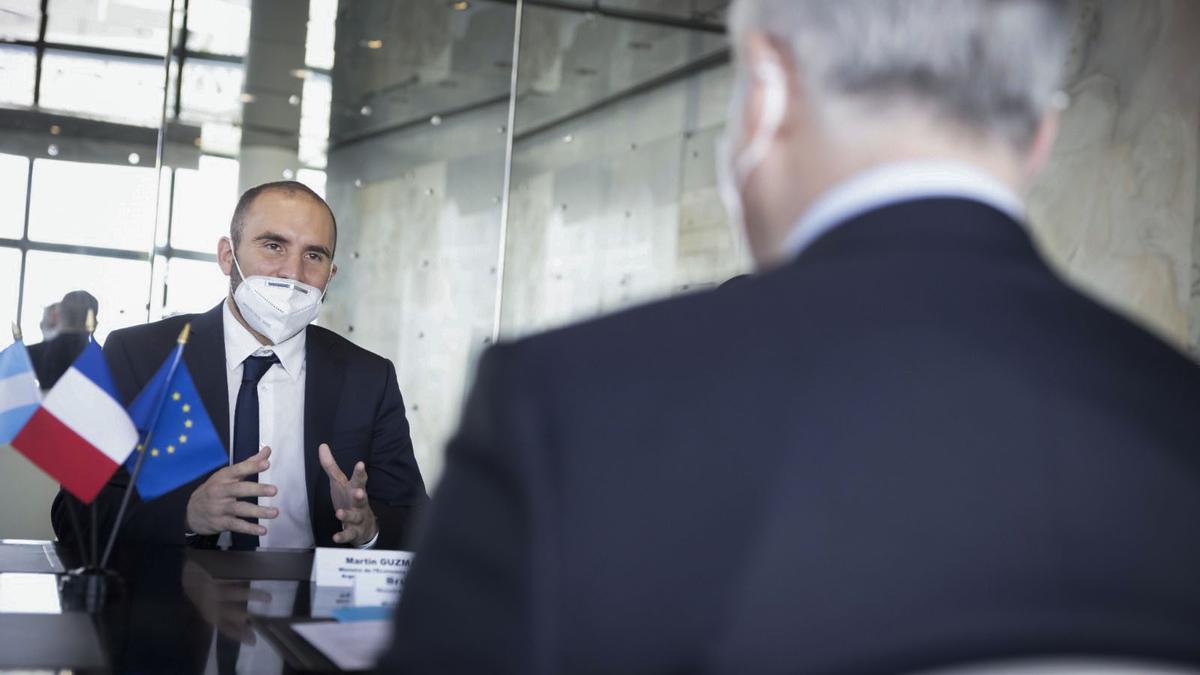 Guzmán, en su reciente viaje a Francia, negociando la deuda que vence este miércoles con el Club de París.