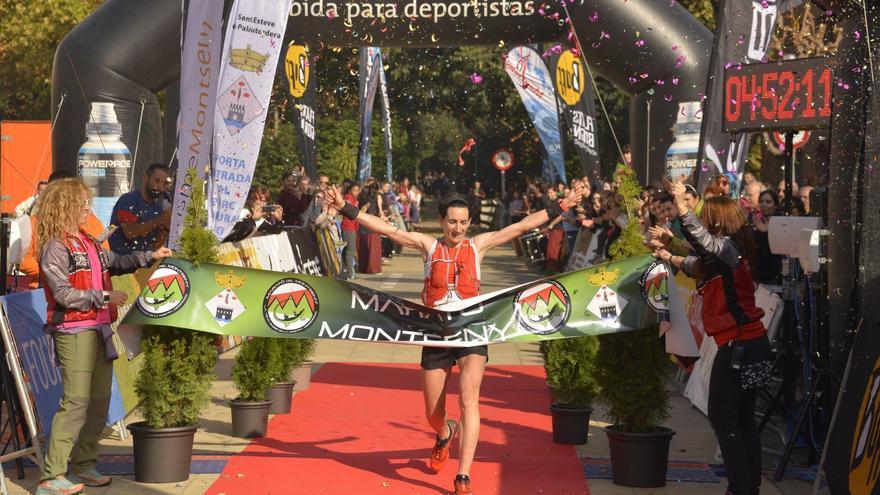 Oihana Kortazar cruza primera la línea de meta en el Marató del Montseny.