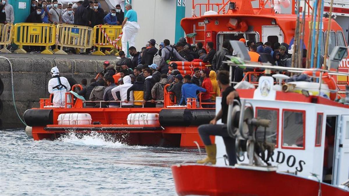 El buque Salvamar Menkalinan arriba este domingo al muelle de Arguinegín (Gran Canaria) con más de un centenar de personas migrantes de origen magrebí.