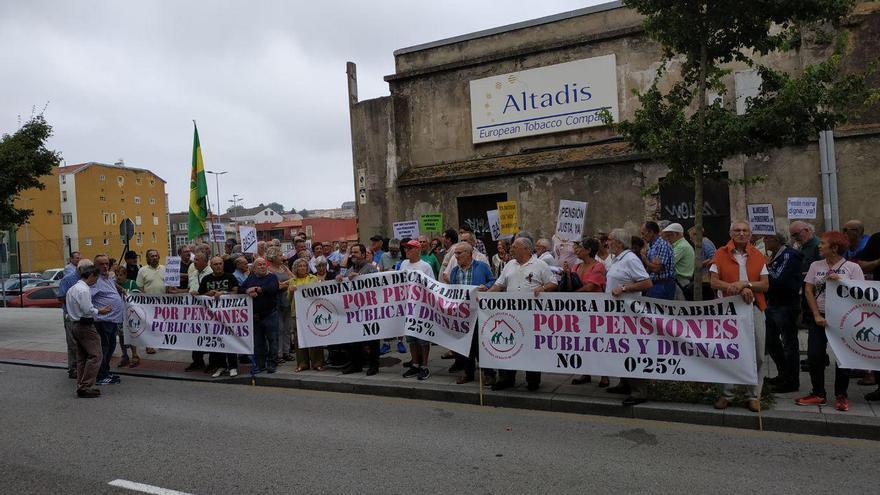 Concentración de pensionistas ante el Parlamento de Cantabria | Foto: R.V.