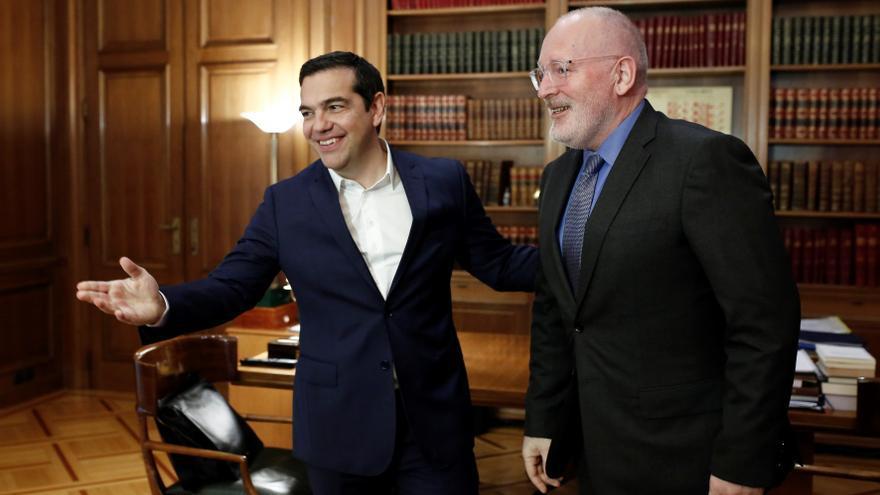 El primer ministro griego, Alexis Tsipras (i), recibe al vicepresidente primero de la Comisión, Frans Timmermans (d), antes de su reunión, el 1 de abril, en Atenas (Grecia).