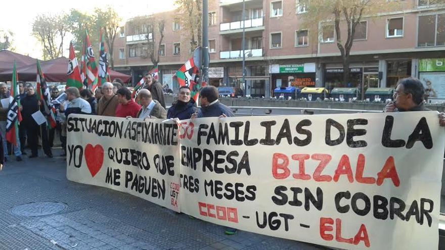 Concentración celebrada por los trabajadores frente a las oficinas de la empresa Bizala en Bilbao.