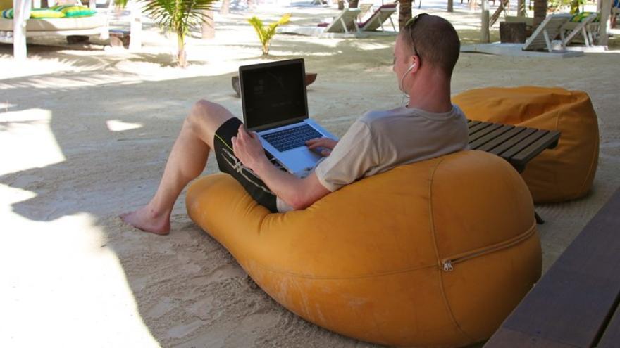 Trabajar con tu portátil. De frente, el mar