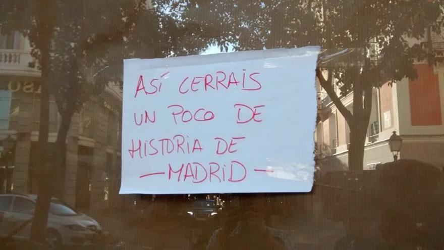 Cartel colocado en la puerta del Café Comercial | SOMOS MALASAÑA