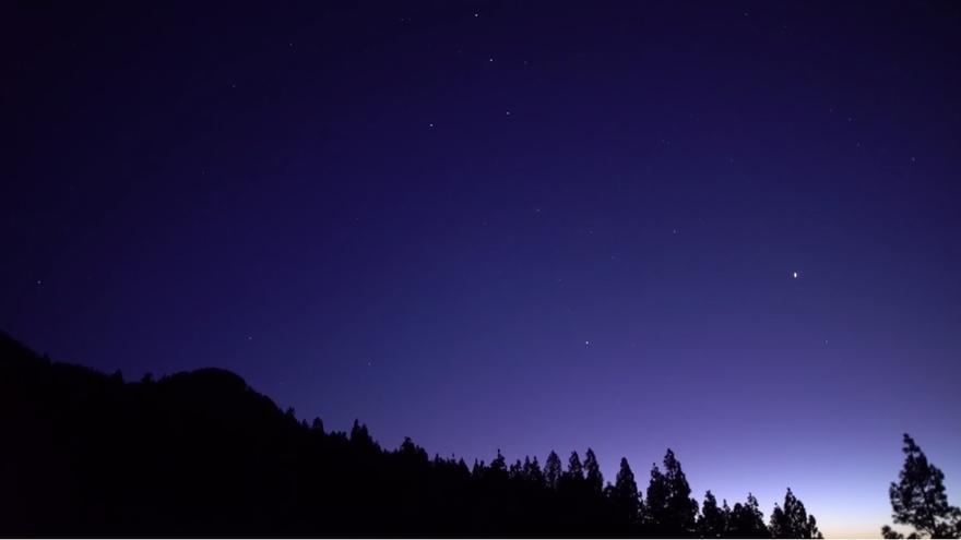 Captura del vídeo de los satélites 'Starlink' por el cielo de La Palma.
