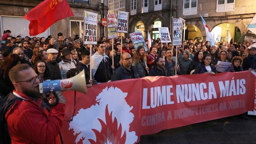 Miles de personas protestan por la gestión de la Xunta de Galicia en los incendios