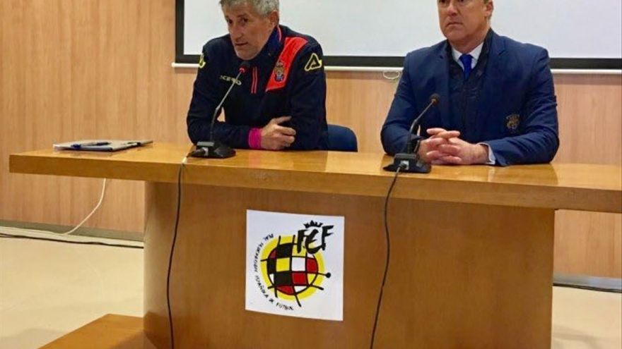 El entrenador de la UD Las Palmas Quique Setién, junto a Larry Álvarez, director de comunicación del club.
