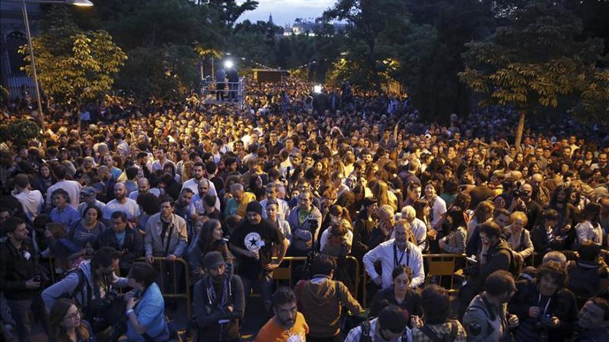 Centenares de personas esperan en Moyano los resultados de Ahora Madrid