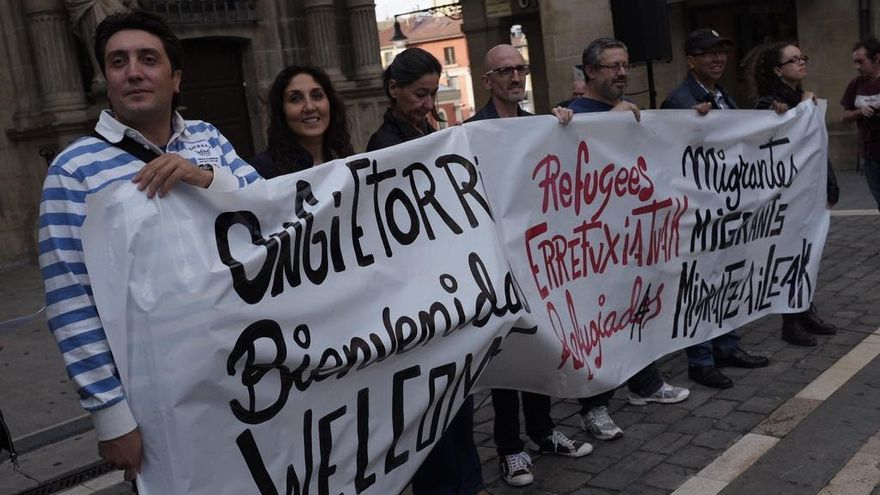 Ricardo Hernández, a la izquierda en la imagen, durante una concentración / Foto: Pablo Lasaosa.