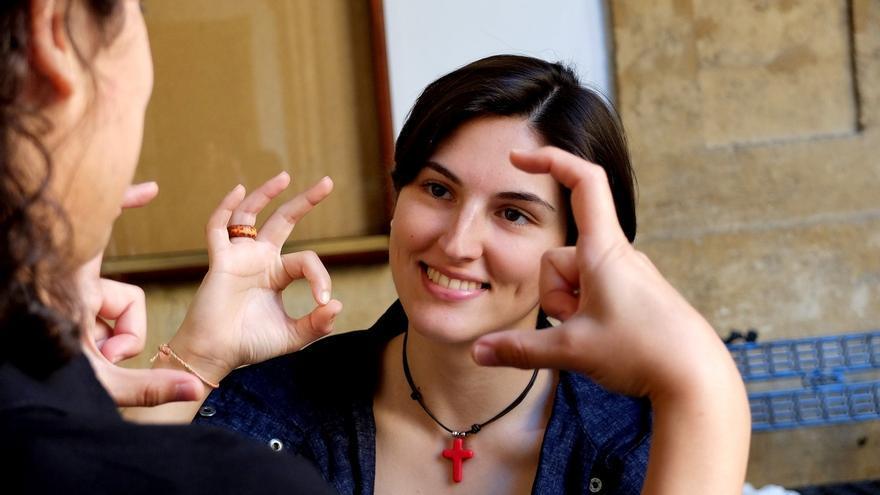 La US, pionera en la creación de un glosario en lengua de signos para diversas disciplinas