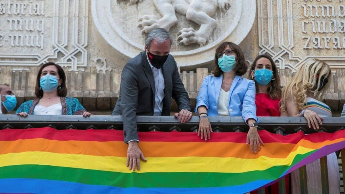El alcalde de Zaragoza, Jorge Azcón, coloca la bandera LGTB en el ayuntamiento, acompañado por miembros del consistorio