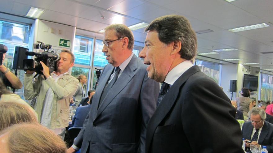 González se estrena como presidente en funciones en un acto con Cospedal donde ha recibido el apoyo explícito del PP
