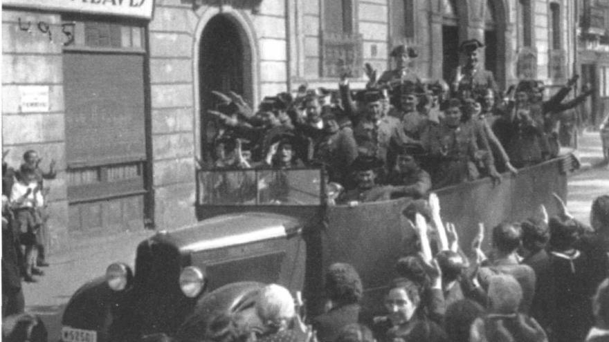 Los guardias recorren las calles de Vitoria en loor de multitudes en una imagen del comienzo de la Guerra Civil. Véase la redacción del Pensamiento Alavés, convertido en órgano de propaganda de la junta militar que gobernaba en la capital alavesa (Yanguas, Archivo Municipal de Vitoria-Gasteiz).
