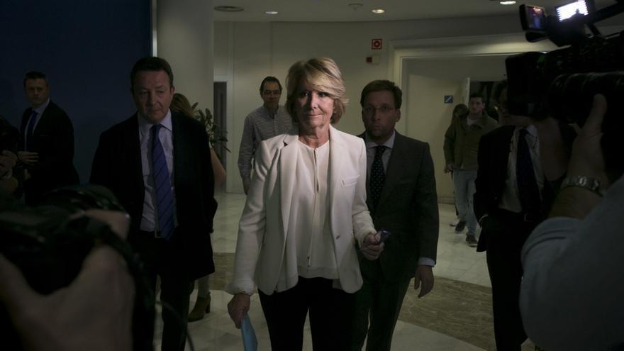 Esperanza Aguirre, escoltada por los concejales Iñigo Henríquez de Luna y José Luis Martínez-Almeida, minutos antes de presentar su dimisión