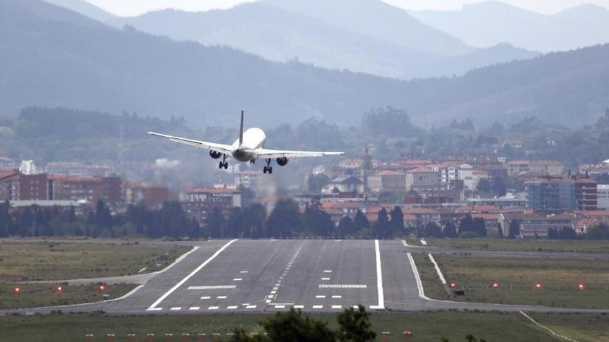 Unos 20 vuelos podrán verse afectados mañana por la huelga en Aena en Bilbao